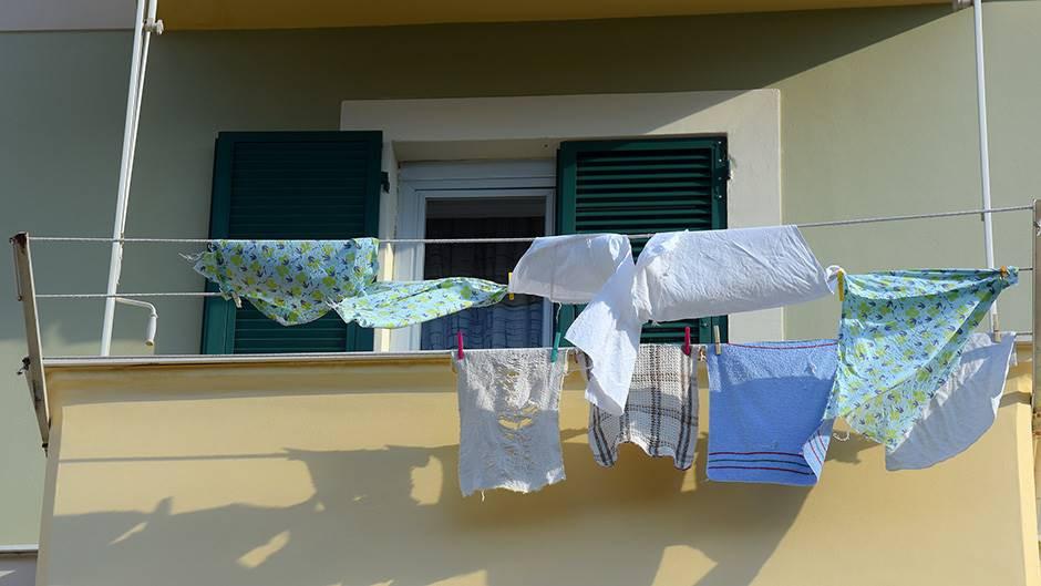 Ustavni sud RS odlučio: Nezakonito sušenje veša na balkonu